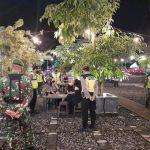 Personel Polres Blitar Kota Sedang Berikan Imbauan Prokes Pada Pengunjung Kafe